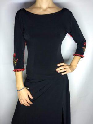 Blusa magnólia preta madroños vermelhos com flor aplicada